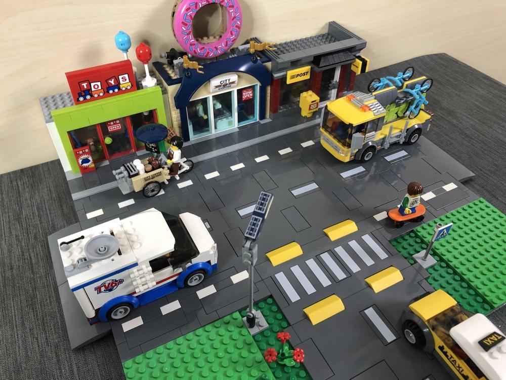 T-Kreuzung mit LEGO City-Gebäuden und Fahrzeugen