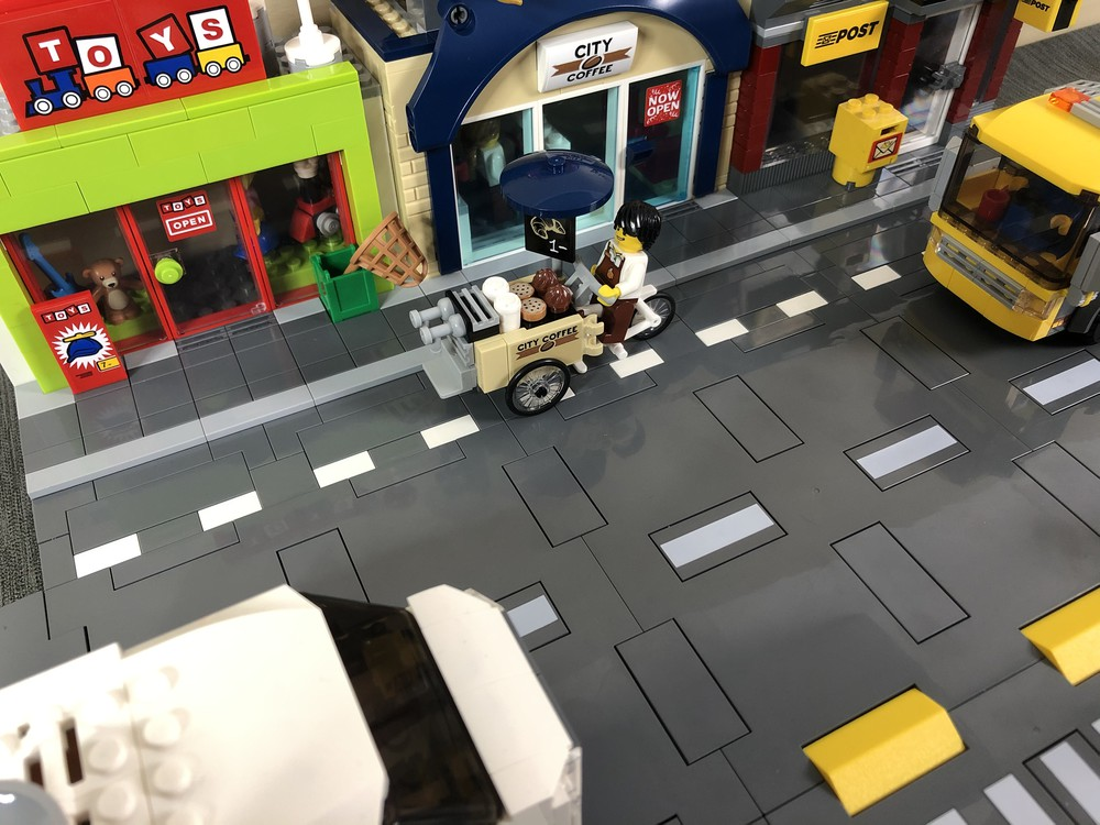 T-Kreuzung mit LEGO City-Gebäuden und Fahrzeugen Nahansicht