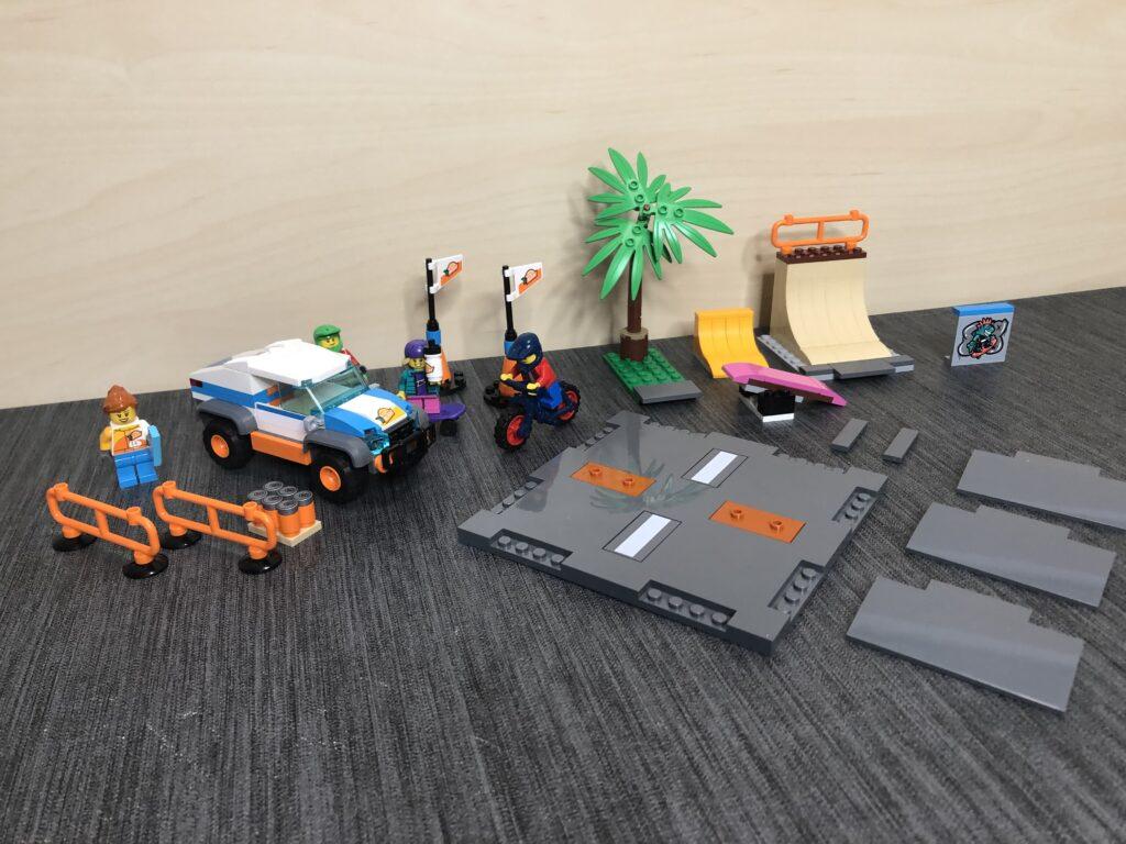 Einzelne LEGO Module (wie Rampen und Dekoration) nebeneinander