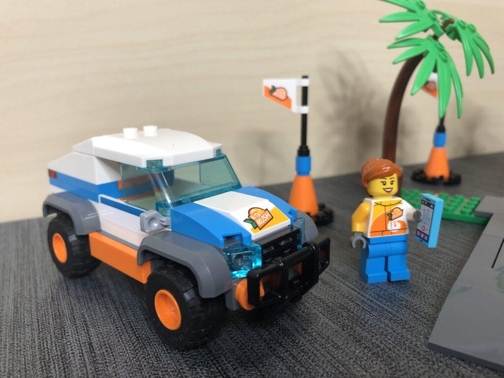 Fahrzeug, Minifigur und Werbefahne von LEGOs Marke Vita Rush