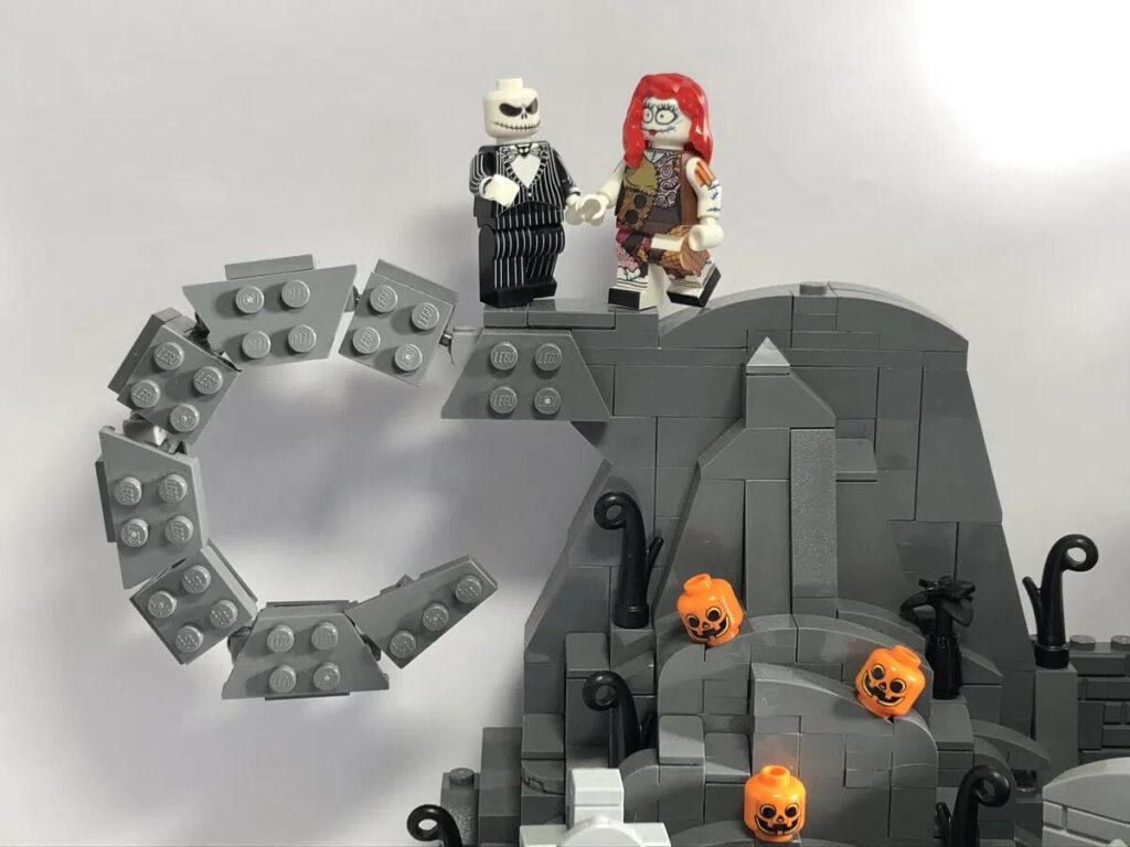 Jack und Sally auf dem Berg in LEGO Halloween Town