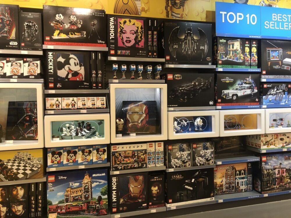 18+ Artikel im LEGO Store Köln