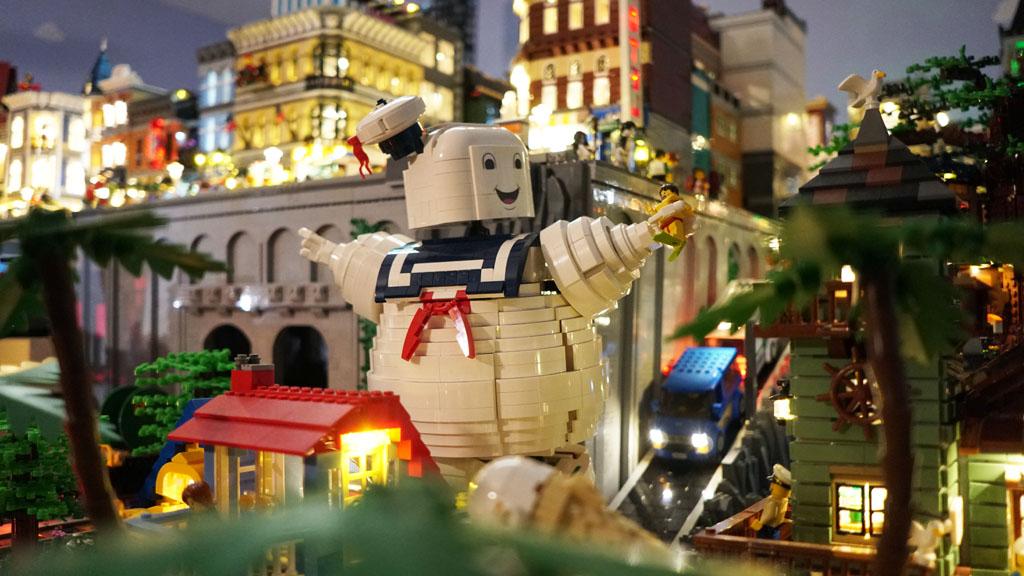 Stadtgespräch Bricksonville der Marshmellow-Man am Strand