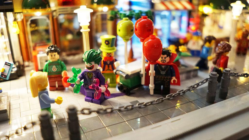 Stadtgespräch Bricksonville Joker verkäuft Luftballons