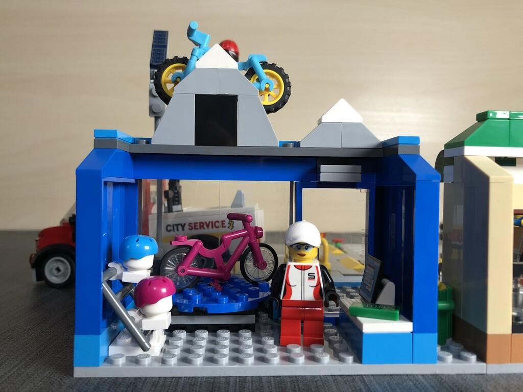 Der Radsport-Laden von innen mit Verkäuferin, Helmen und Kassierbereich