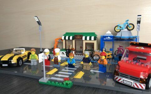 Das vollständige Set LEGO 60306 Einkaufsstraße