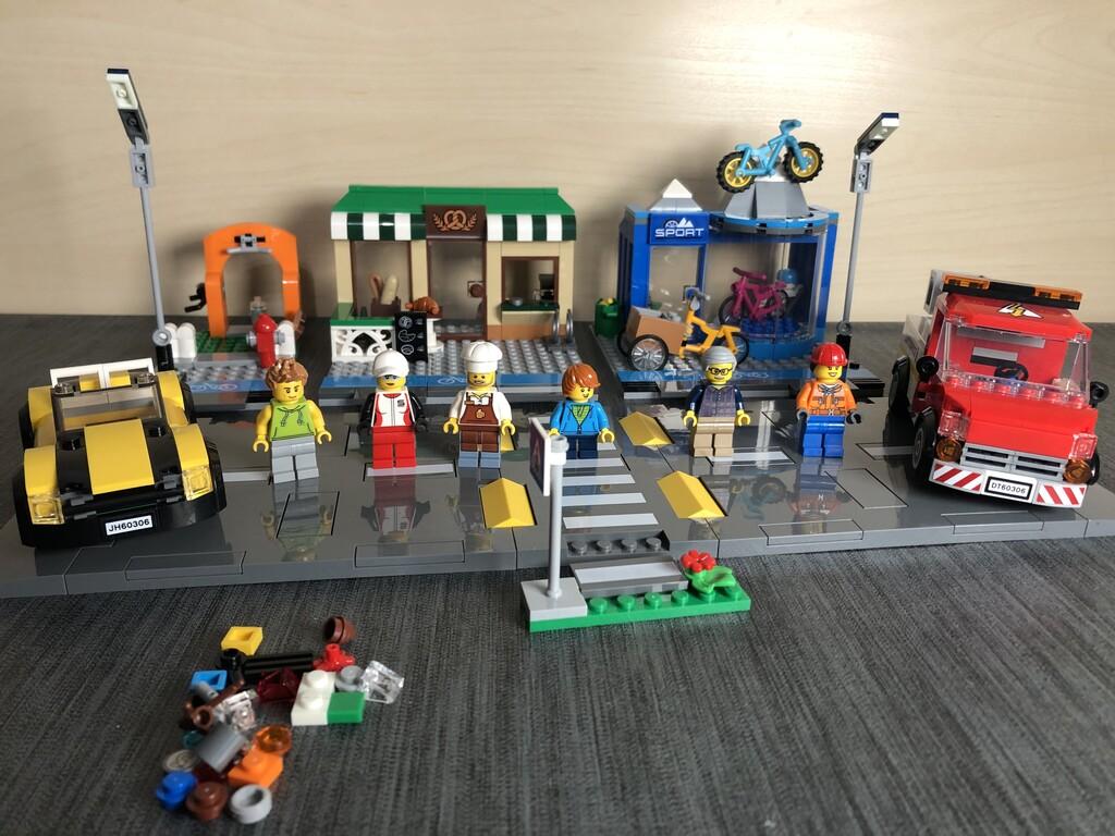 Das vollständige Set LEGO 60306 Einkaufsstraße mit einigen Ersatzsteinen