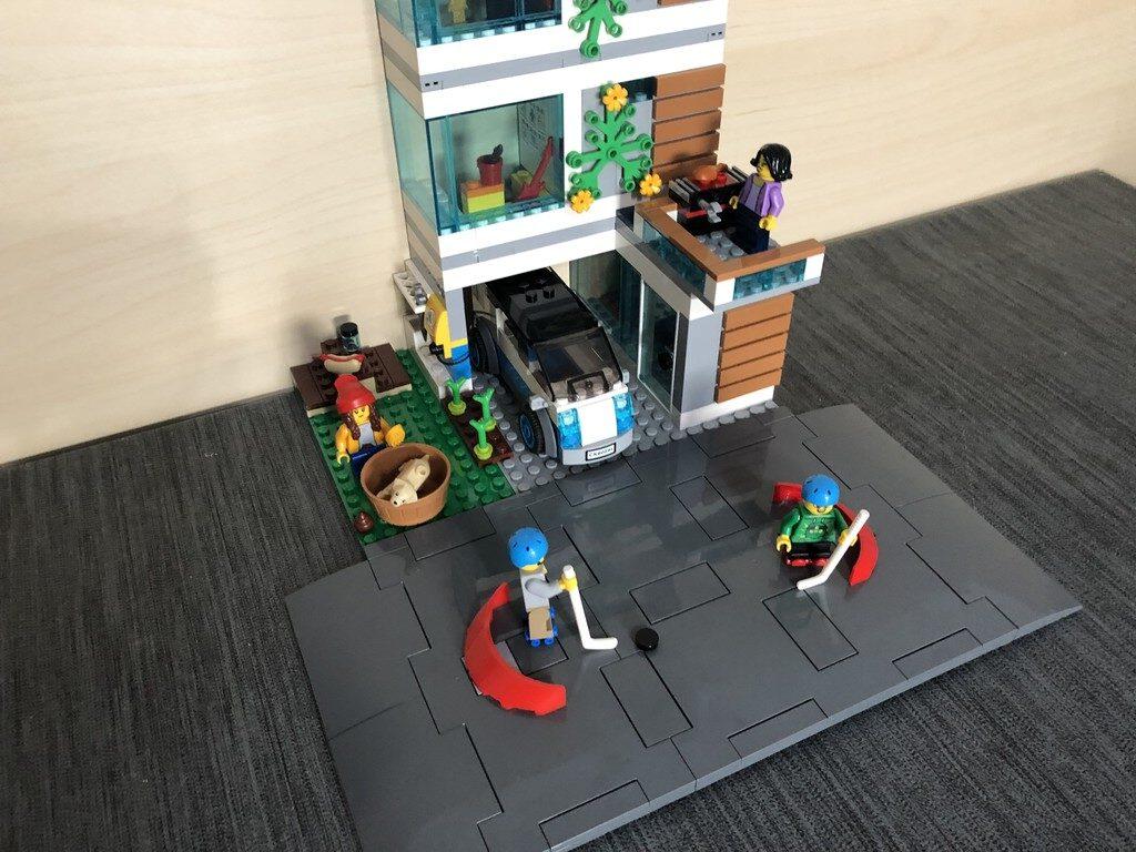 Aufgebautes LEGO City Familienhaus mit Fokus auf die neuen Straßenplatten