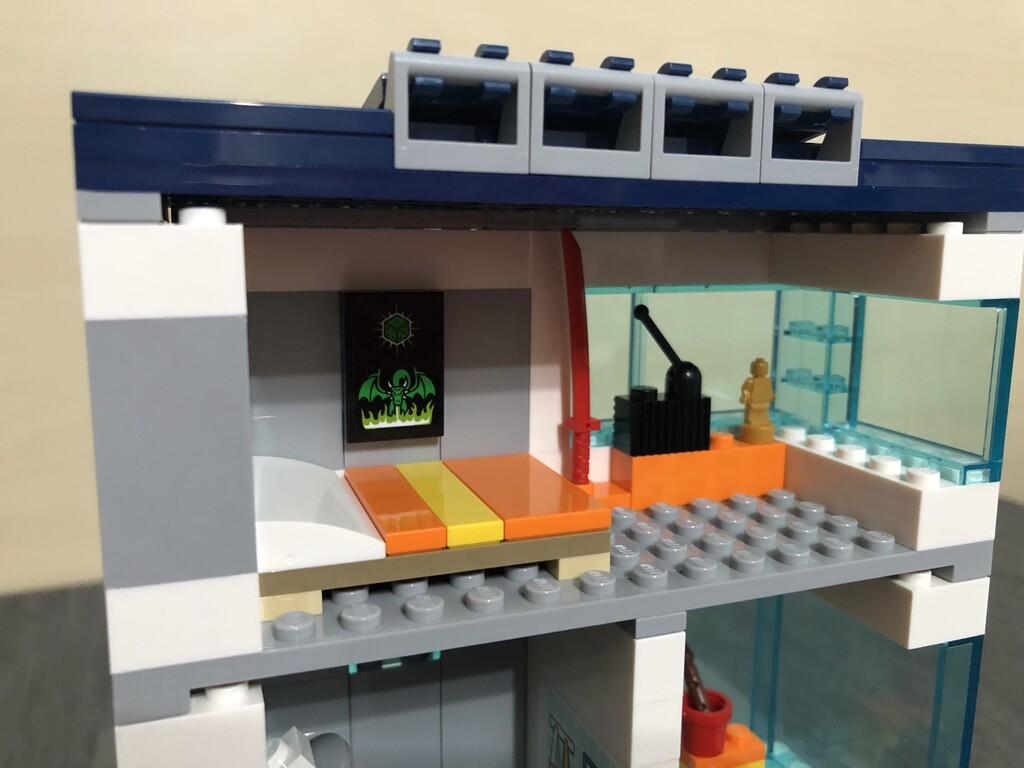 Von hinten offenes Kinderzimmer des LEGO City Familienhauses