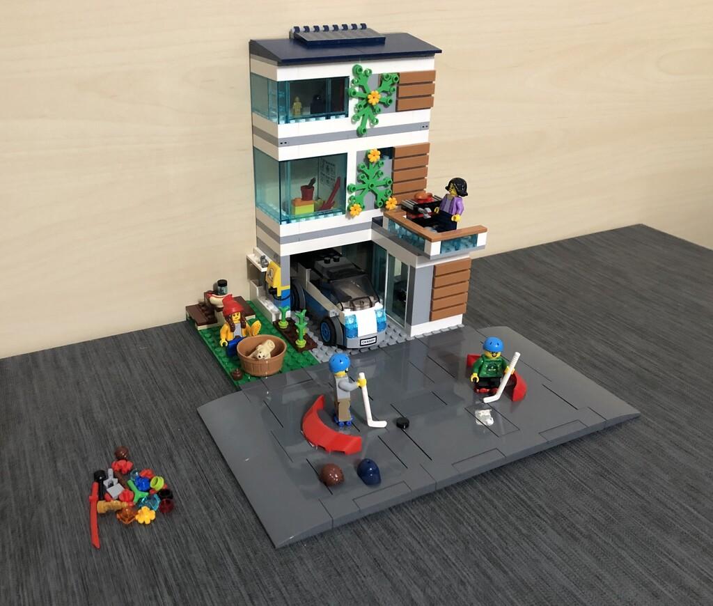 Aufgebautes LEGO City Familienhaus mit Spare-Parts