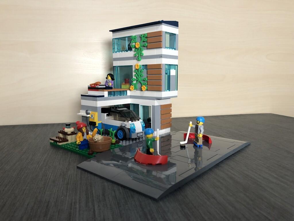 Alternativer Aufbau vom LEGO Familienhaus mit Auto und allen Minifiguren