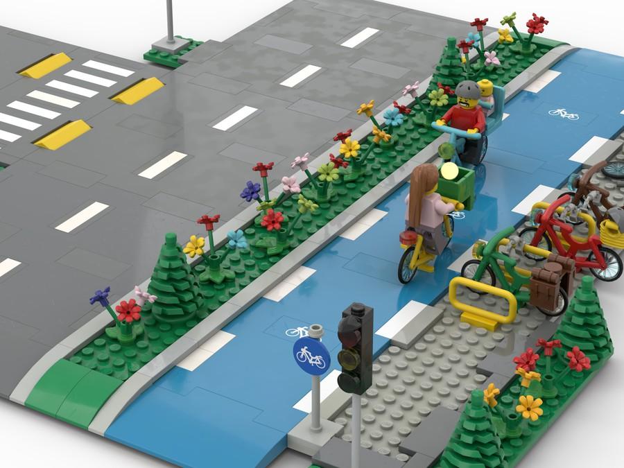 Seperater Radweg an Straße - getrennt mit Grünstreifen voller Blumen