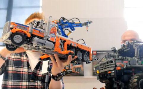 Die LEGO Technic Designer Samuel Tacchic und Milan Reindl verstecken sich